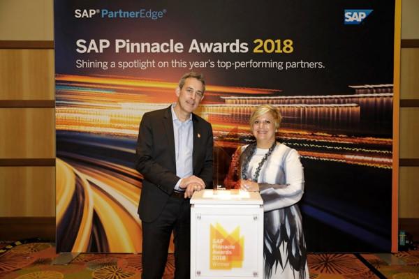 Jérôme TOCANNE, Directeur Général de DeciVision, et Diane Fanelli, General Manager chez SAP lors de la remise du prix à Orlando