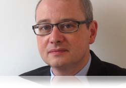 Tony Wicks, expert et directeur des solutions anti-blanchiment d'argent chez NICE Actimize