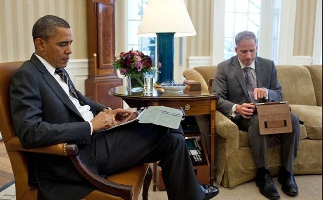 31/01/2012 : Le Président Barack Obama et Robert Cardillo, Deputy Director of National Intelligence for Intelligence Integration, dans le bureau ovale. Ils utilisent des tablettes. (Official White House Photo by Pete Souza)