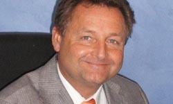 Jérôme Firdion, ancien directeur commercial en SSII, est aujourd'hui formateur et fondateur du cursus Business et Hautes technologies au sein de l'école supérieure de commerce, Euridis.