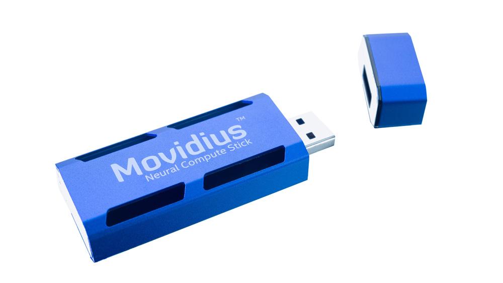 Le Movidius™ Neural Compute Stick est le tout premier kit d'inférence en apprentissage automatique format USB, et contient un accélérateur IA qui offre des capacités de traitement en réseau neuronal pour une large gamme d'équipements à l'edge. (Crédit : Intel Corporation)