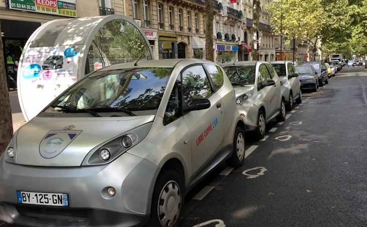 Photo wikimedia commons par flightlog - Autolib trace la position de ses 2000 véhicules. Une volumétrie compatible avec les bases de données relationnelles.